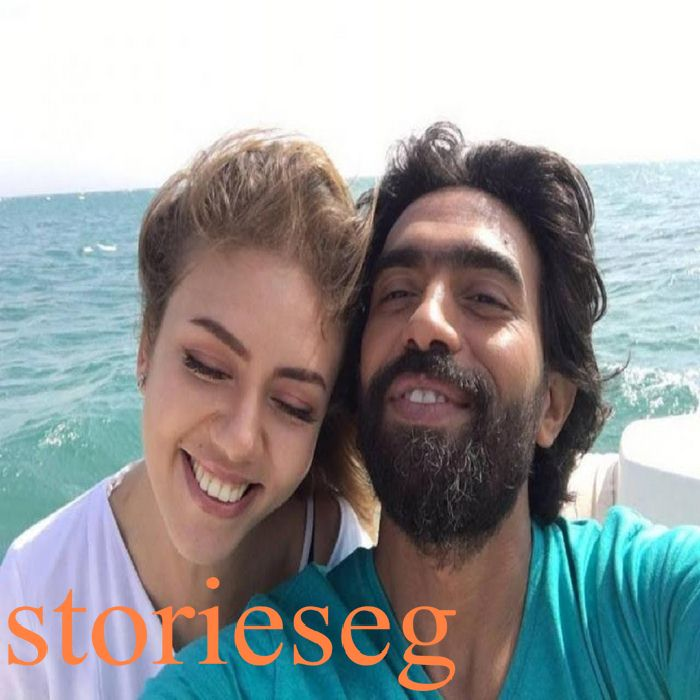 النجم عمرو عابد في صورة ترفيهية مع ممثلة زميلة