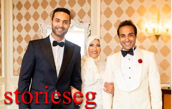 احمد فهمي وشقيقه كريم مع والدتهم