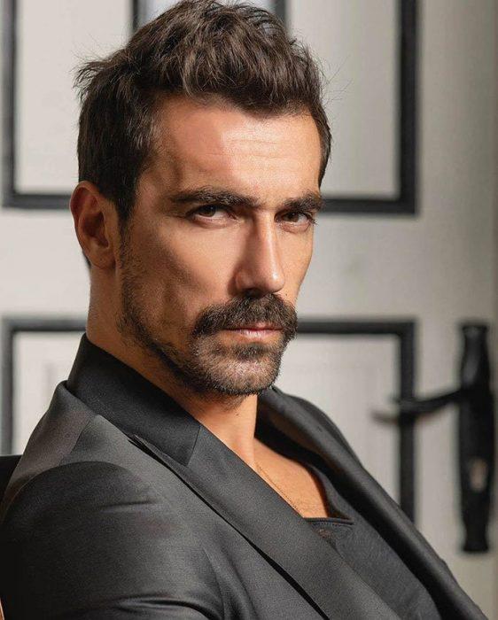 الممثل التركي ابراهيم تشيليكول