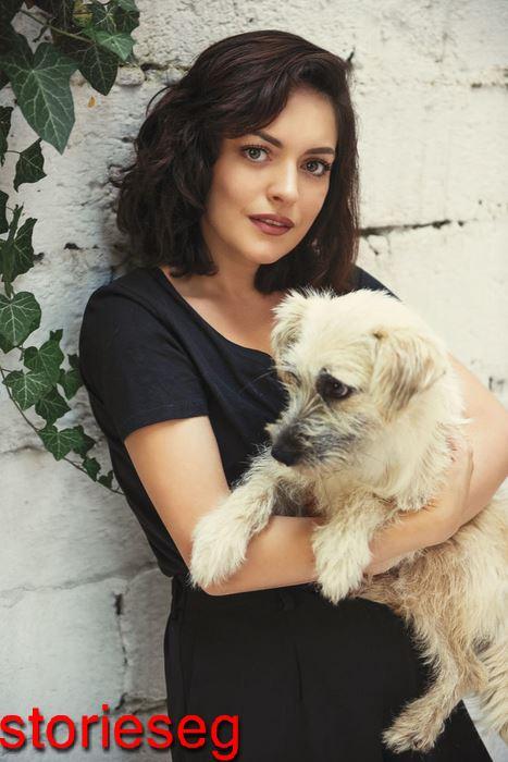 أزجي مولا مع كلبها المفضل