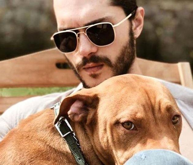 ألبيرين دويماز مع كلبه المفضل