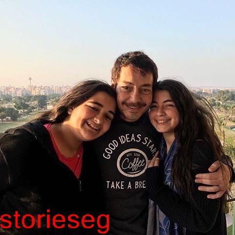 ليلي مع اختها ملك و والدهم الفنان احمد زاهر