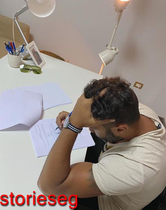 احمد فهمي اثناء قراته سيناريو مسلسل الكابيتانو