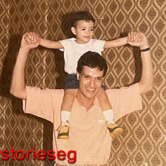 محمد و هو صغير مع والده ابراهيم يسرى